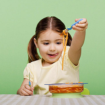 child eating spagetti