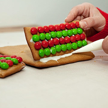 Piping icing on gingerbread