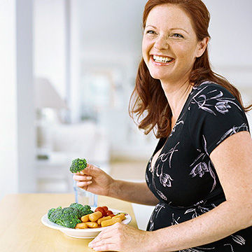 pregnant woman eating healthy