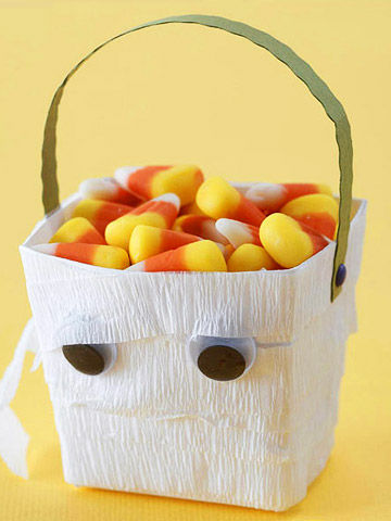 MAKE A MUMMY HALLOWEEN TREAT BUCKET