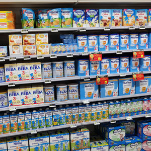 SHELVES FILLED WITH COMMERCIAL BABY FOOD
