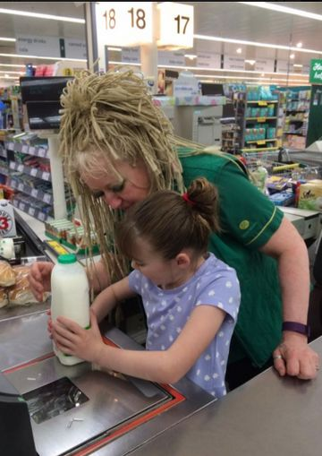 Grocery store clerk helps blind child with autism through meltdown