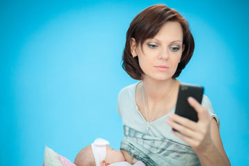 texting while breastfeeding